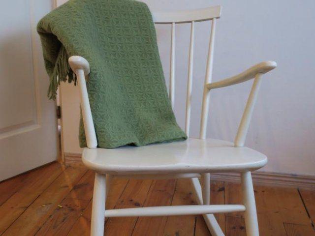 Nätt liten gungstol, 60-tal, i stil med pinnstolar. Lite skavd men väldigt trevlig, 350 kr mått: mellan handtag 55 cm, medar 87 cm långa, 46 breda.   Grön ...