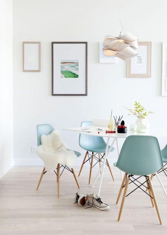 Les 25 meilleures id es de la cat gorie fauteuil bleu for Chaise eames bleu canard