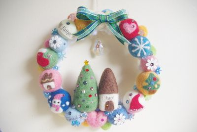 クリスマス柄入り羊毛フェルトボールリース * スワロフスキー☆:* hanna original *