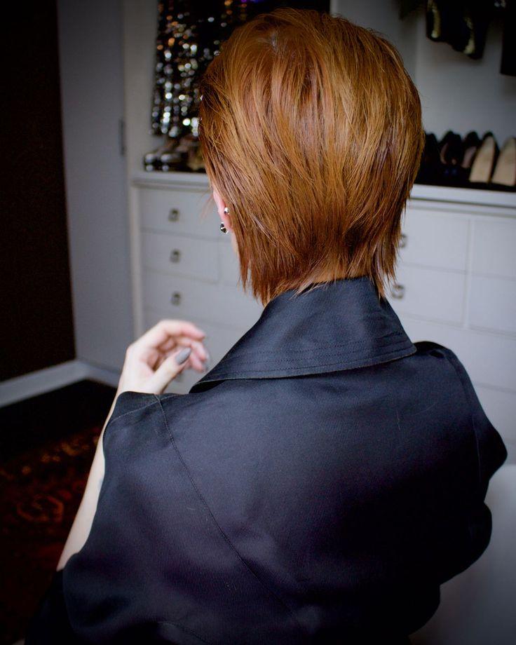 Julia Petit cabelo puxado para trás com cera
