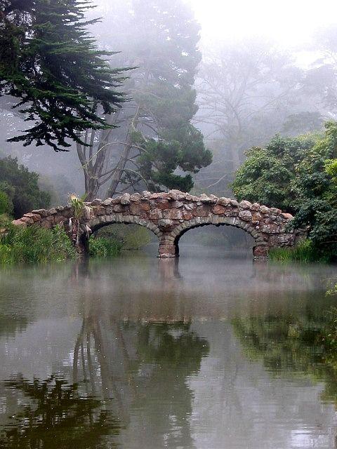 Stone Bridge in fog (puente de piedra en la niebla), at Golden Gate Park, San Francisco, California, US