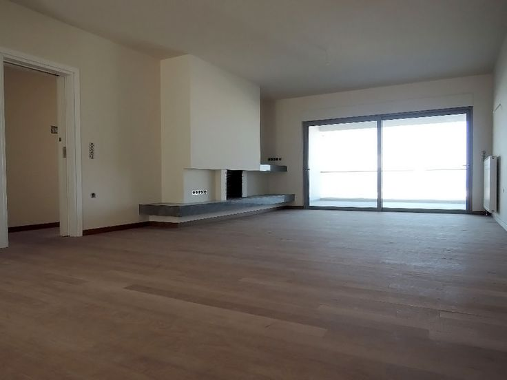 A stunning 96 m2 ground floor apartment is currently on offer in Glyfada. The apartment has a spacious living room filled with sunlight that can be extended towards the outside patio during the warm months of the summer.