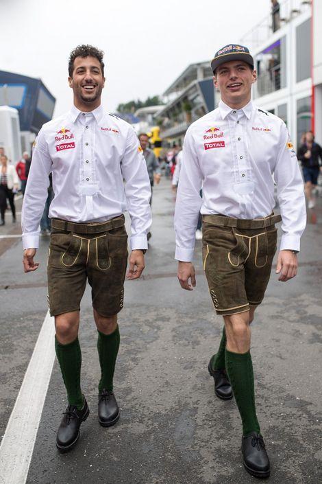 Daniel Ricciardo (l) en Max Verstappen in lederhosen.
