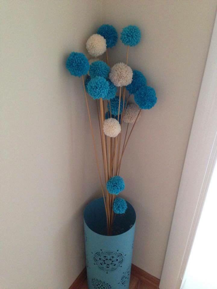 Çiçek saplarının üzerine ponpon