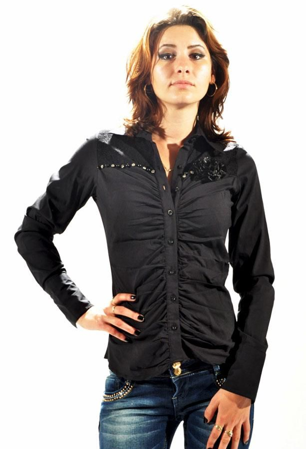 Camasa Dama Black Buttons  -Camasa dama casual-elegant  -Model cambrata in talie,ce cade usor pe silueta, si poate fi purtata la diverse ocazii  -Detaliu se incheie cu nasturi     Lungime: 54cm  Latime talie: 35cm  Compozitie: 95%Bumbac, 5%Elasten