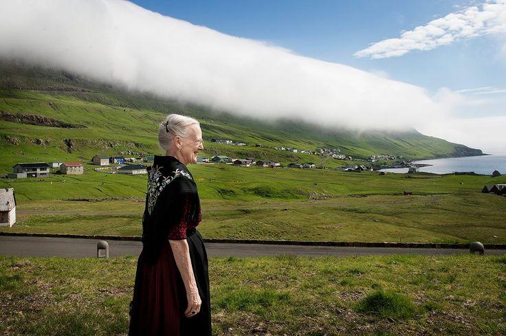 Koningin Margrethe in klederdracht op Faeröer Eilanden - Beau Monde