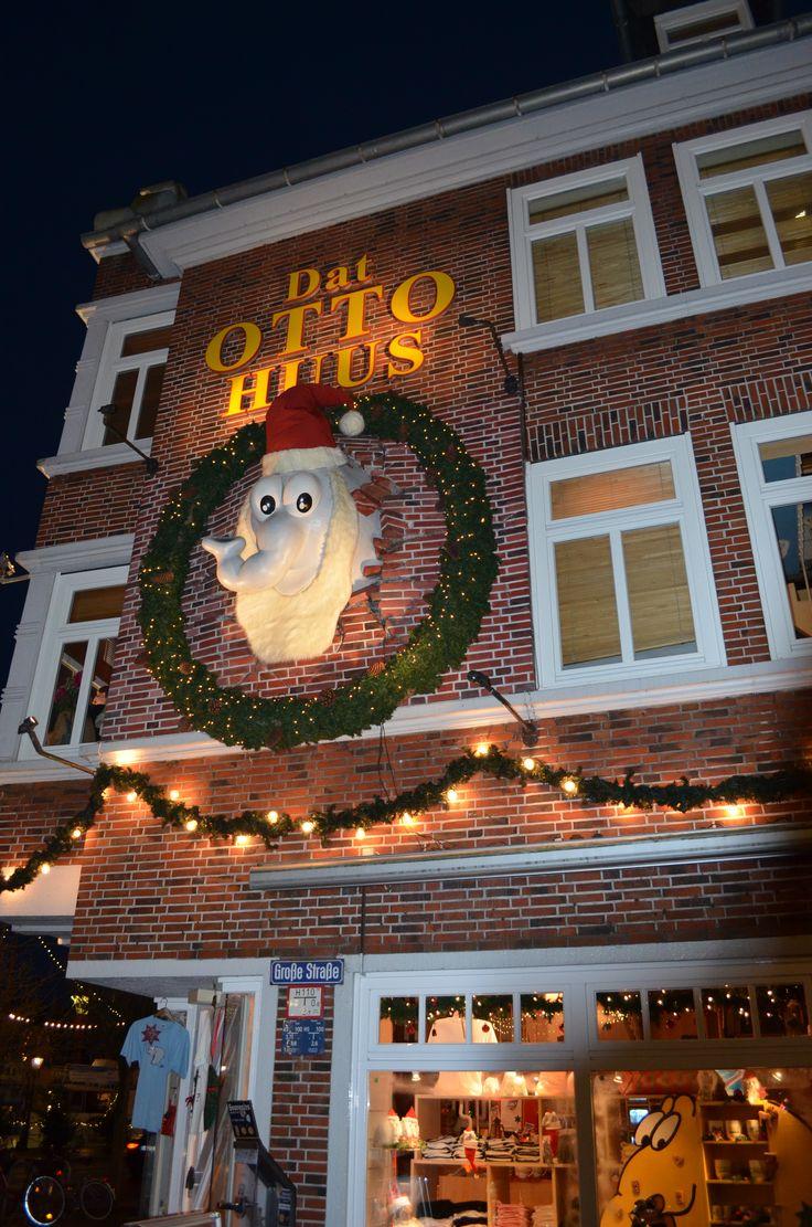Dat Otto-Huus in Emden hat seinen Ottifanten an der Hauswand auch ein weihnachtliches Outfit verpasst!