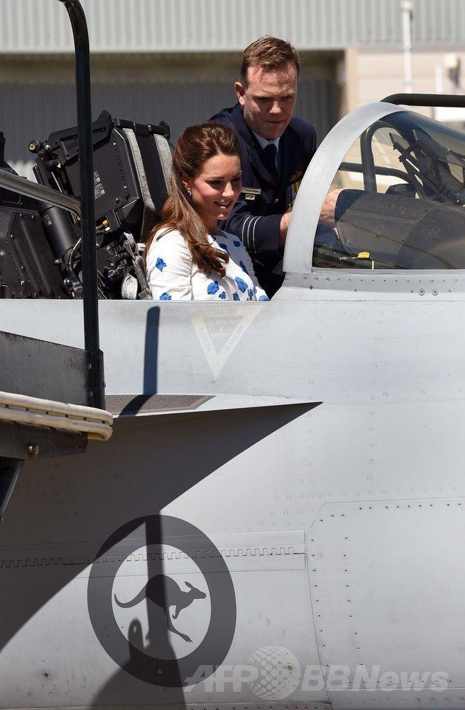 アンバーリー豪空軍基地(RAAF Base Amberley)で、スーパーホーネット戦闘機(Super Hornet)のコックピットに乗り込み、空軍幹部から説明を受ける英国のキャサリン妃(Catherine, Duchess of Cambridge、2014年4月19日撮影)。(c)AFP/William WEST ▼20Apr2014AFP|ウィリアム英王子夫妻が豪空軍基地訪問、戦闘機に乗り込む http://www.afpbb.com/articles/-/3013065