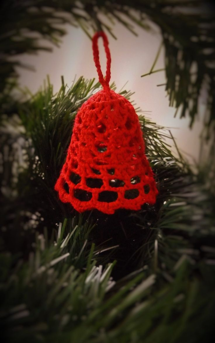 A horgolt harangok is nagyon szépen mutatnak a karácsonyfán és szinte elengedhetetlen kellékei az ünnepnek. Több színben és mintával kapható áruházunkban.