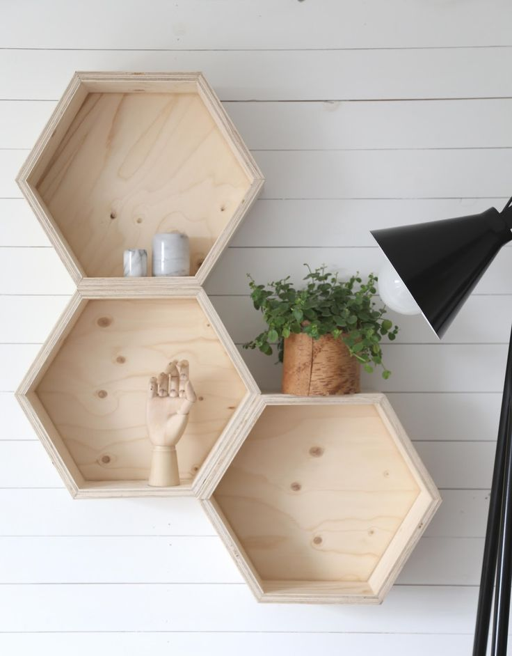 Best 25 honeycomb shelves ideas on pinterest hexagon for Decoration murale hexagonale