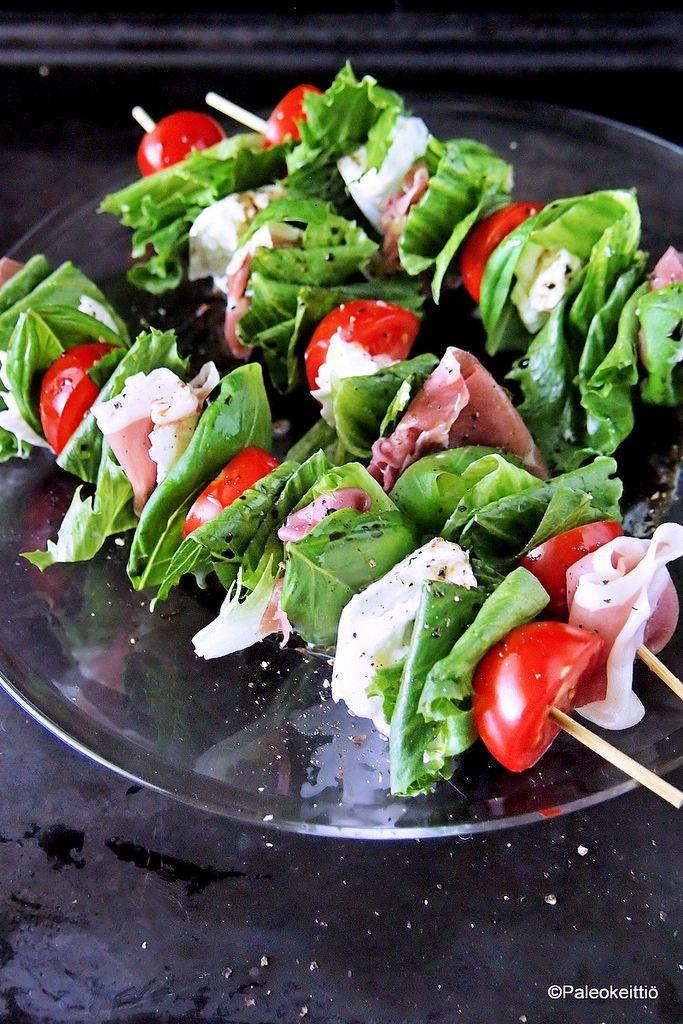 Kesän välimerelliset varrassalaatit   Kesä on grillauksen kulta-aikaa! Mutta kesä on myös parasta salaattisesonkia. Kesä, grilli ja salaatti. Siitä ajatus salattivartaista lähti! Salaattivartaita voi koota mielensä mukaan, mutta minä p…