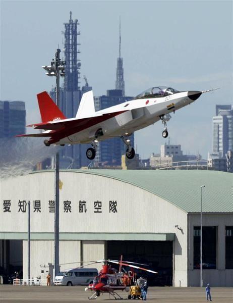 愛知県小牧市の航空自衛隊小牧基地を離陸する「X-2(心神)」=22日午前8時47分