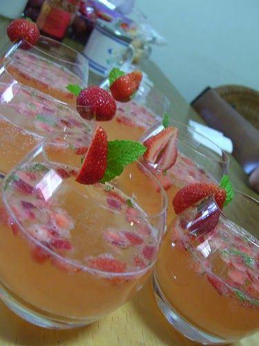 Du sorbet à la fraise, des blancs en neige bien sucrés, et du Champagne, agitez, servez, dégustez… Des fraises, du Champagne, de la légèr...