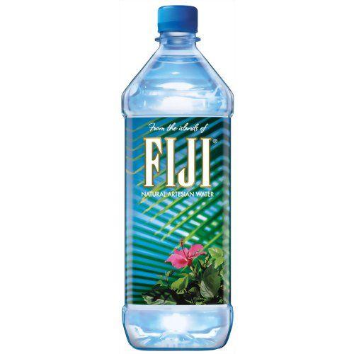 【FIJIウォーター】南太平洋の楽園フィジーの大自然から生まれたミネラルウォーターです。熱帯雨林地帯の太古の火山岩の地下水から、数百年の時を経てろ過された水を外気に触れることなくピュアな状態でボトリングしているので、ボトルのキャップを空けるその時までピュアな状態を保っています。成分に美のミネラルとも呼ばれるシリカを多く含んでいることも特徴のひとつ(1Lあたり91mg)。日本人の口に合う軟水のミネラルウォーターなので飲みやすいです。
