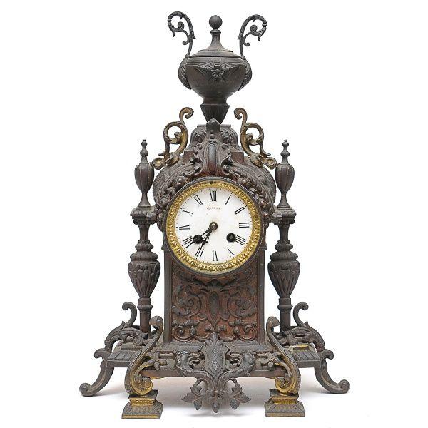 Antigo relógio francês em bronze, mostrador de porcelan..