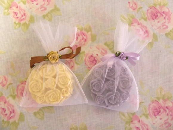 Sabonetes Rosa de Provence embalados em saquinho de organza. Deliciosos aromas a sua escolha.
