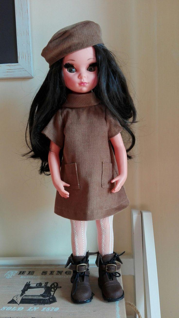 Susanna con vestito e basco in velluto millerighe color tabacco