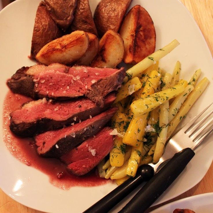 Magret de canard, sauce aux mures, haricots et carottes jaunes à l'aneth et pommes de terre roties.