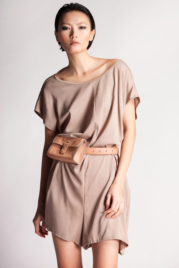 It is so easy to style this loose overall. It goes well with flat or high heels shoes. Rien loves it combined with waist pochette.