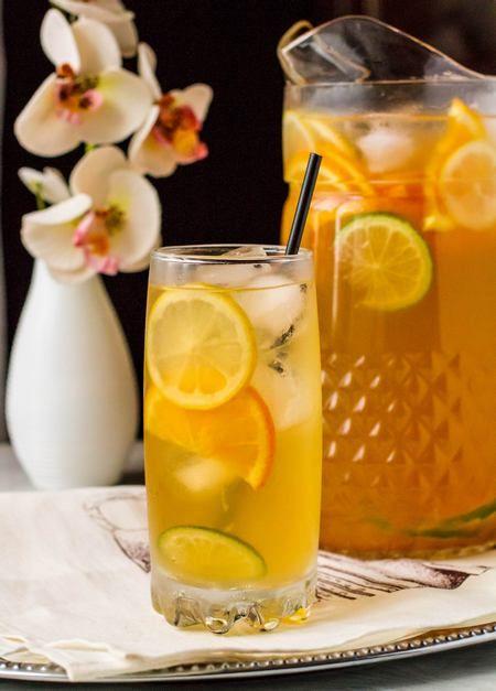 У нас жара. Жара-жара-жара… Есть практически совсем не хочется, зато пить - огого как! Лично у меня отлично идет обычная негазированная вода со льдом. Но иногда хочется разнообразия, поэтому получаются всякие лимонады, холодные компоты и замечательный ледяной чай. Один рецепт такого напитка в блоге уже есть - это ледяной чай с имбирем, лимоном и мятой. [...]