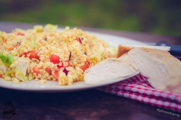 Salát s bulgurem, kuřecími kousky a zeleninou