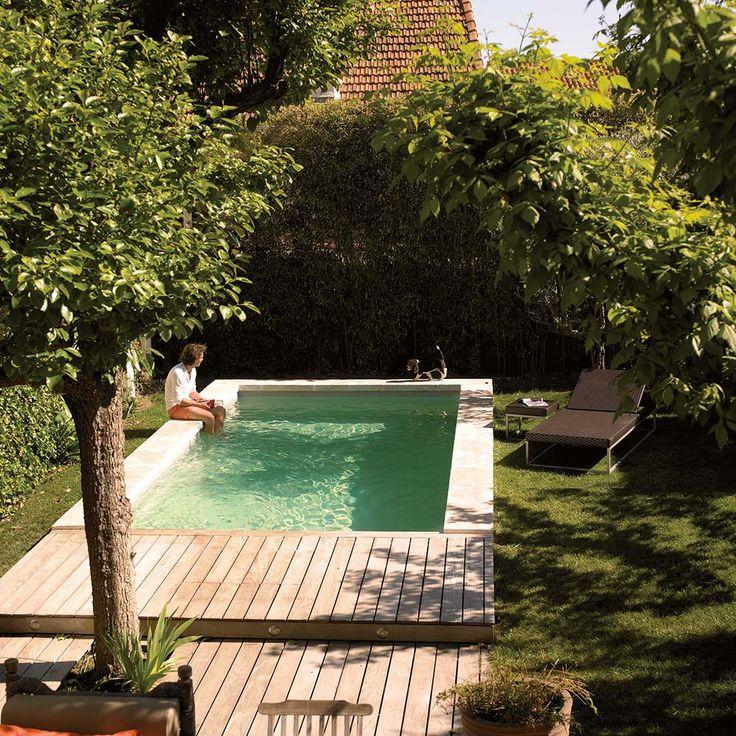 Piscine de 6 x 3 mètres, avec liner beige et margelles Travertin. ©Desjoyaux