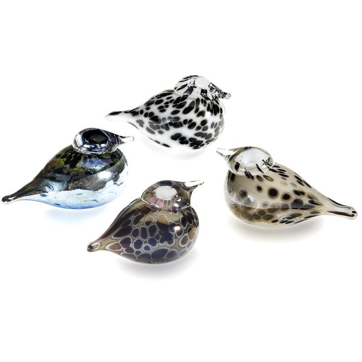 1973 entstand der erste Glas-Vogel für Iittalas Vogel-Kollektion. Vater der mittlerweile über 300 Exemplare umfassenden Kollektion ist der bekannte finnische Glasdesigner Oiva Toikka. Noch immer sind 43 verschiedene Vögel aus der Kollektion erhältlich und jedes Jahr kommt ein neues Sammlerstück hinzu. In Zusammenarbeit mit Iittala entwirft Oiva Toikka mit einer einzigartigen, virtuosen Herangehensweise jährlich ein neues Mitglied für Iittalas Vogel-Familie.