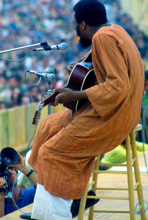 Richie Havens on stage by Elliott Landy, Woodstock Festival, 15-18 August 1969