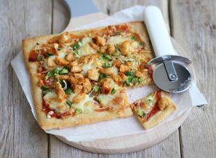 Heb je zin in pizza, maar geen zin om lang in de keuken te staan? Probeer dan eens dit recept met kip, barbecuesaus, mozzarella en paprika. Maak gebruik van kant-en-klaar pizzadeeg of maak zelf een pizzadeeg.� Dit heb je nodig:�