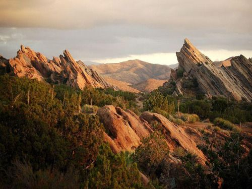 VASQUEZ ROCKS: The World's Poster Child for Tectonics Located about 40 km north of Hollywood, California and 15 km southwest of the San Andreas Fault are some the world's most recognizable rock formations; these are the rugged San Vasquez Rocks.