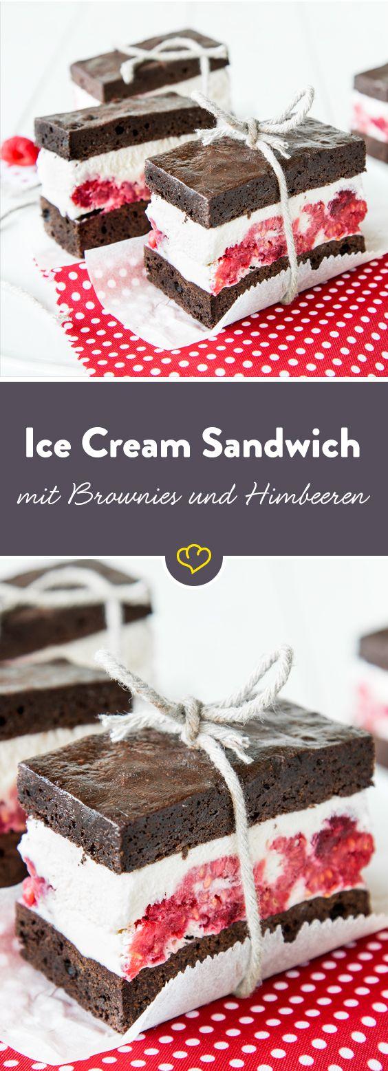 Ich sag's wie es ist: Es ist die große Liebe. Cremiges Vanilleeis mit Himbeeren und einem Schüsschen Likör zwischen zwei ultra-schokoladigen Brownies – uaaaaa!!! Ich kann ihm einfach nicht widerstehen – Ich glaube, ich habe eine Affäre mit einem Ice Cream Sandwich.