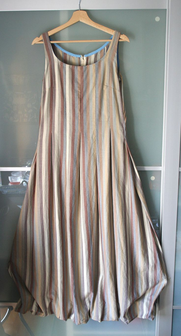 Long dress with pleat and balloon skirt. Lightly lines cotton cloth. Zip closure.