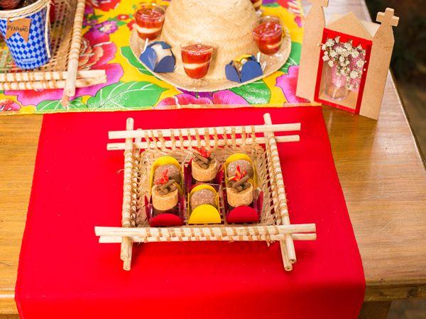 """Essa época de festas juninas é uma delícia! E para quem está a fim de colocar os pequenos no clima dos """"arraiás"""", separamos essa inspiração super fofa! As"""