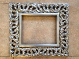 Marcos calado en madera decorado con pan de plata for Marcos decorados para espejos