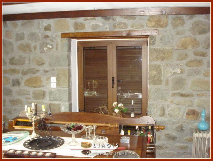 Ανοιγόμενο παράθυρο με παντζούρια