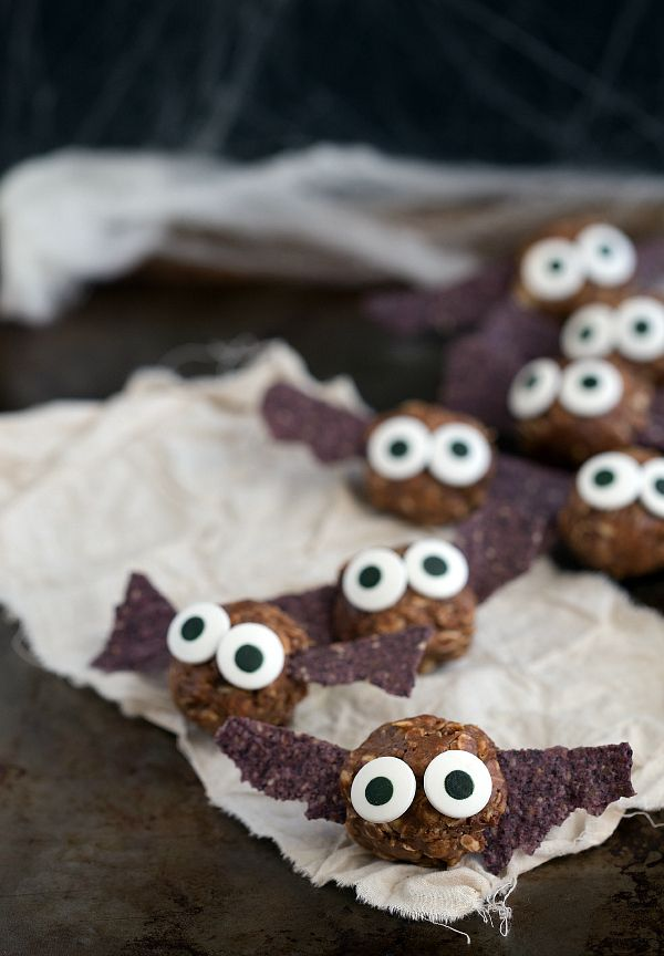 These are such cute and Healthy Halloween treats! Recipe:  Bat Energy Bites