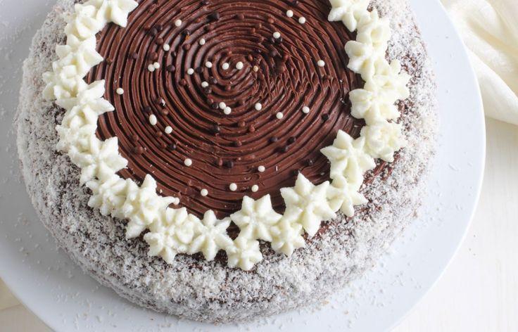 Un torta al cioccolato con crema al cocco e ganache al cioccolato fondente. Un dolce goloso, perfetto per una festa di compleanno. Prova la nostra ricetta!