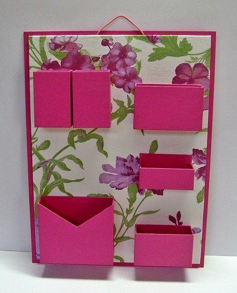 Organizador de materiais de escritório de parede. Cartonagem com revestimento tecido estampado e papel. Ideal para não ocupar espaço em sua mesa de escritório.: