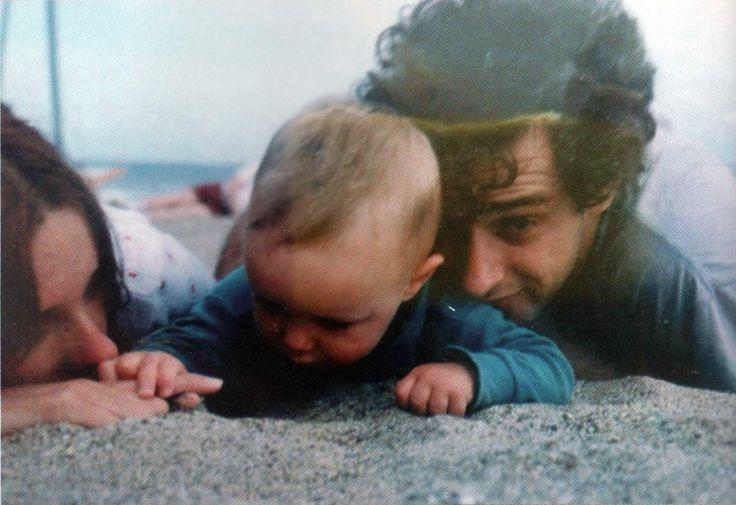 """""""Adentro tuyo, algo del sol..."""" Gustavo, Cecilia y Benito en una playa de Chile, en el año 1994. (Fotografía: Archivo personal de Cecilia Amenábar)."""