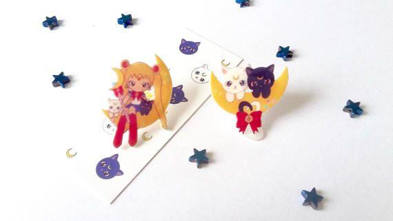 Una piccola Sailor Moon in compagnia di Luna ed Artemis!  Ho realizzato questi disegni digitalmente per poi stamparli su plastica Shrink, ritagliarli e infornarli. Sulla superficie ho provveduto ad apporre uno strato di vernice protettiva brillante e successivamente uno strato di gloss dimensional per dare spessore e lucentezza. E un procedimento molto lungo, che impiega diverse ore per essere completato. Ci ho messo tutto lamore che ho in questi miei pezzi. Prodotto realizzato a mano per…