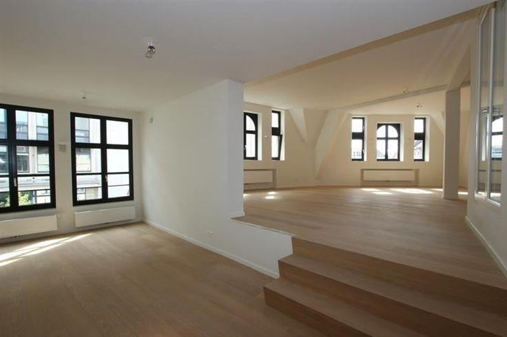 Luxueus gerenoveerd appartement met 2 slaapkamers - 1525€ - Eiermarkt 7, 2000 ANTWERPEN - Prachtig, recentelijk gerenoveerd (2015) appartement in een historisch pand waarvan gevel en binnenkant volledig in orde zijn gebracht. Inkom via lift, (ook aparte ingang via veiligheidsdeur). Zeer ruime living op 2 niveaus met veel licht inval. Eetplaats, keuken met inductie kook plaat, oven, microgolf oven, diepvriezer en ijskast alsook veel ingemaakte kasten, afz toilet, 2 ruime slaapkamers (ca…