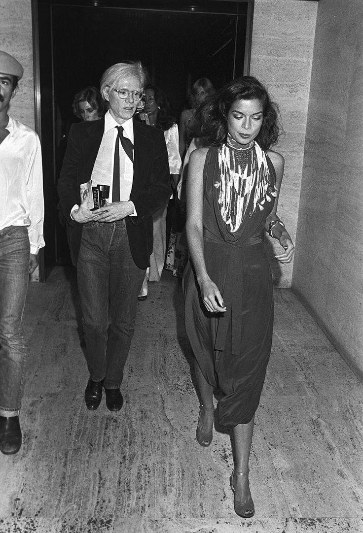 Andy Warhol y Bianca Jagger en una fiesta en el Four ...