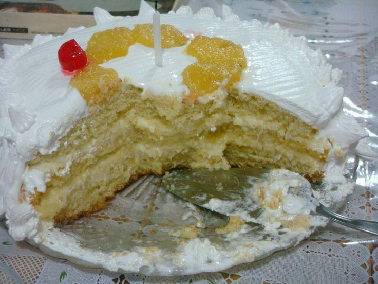Aprenda a fazer essa receita fácil de bolo cremoso de abacaxi com coco que é uma delícia!