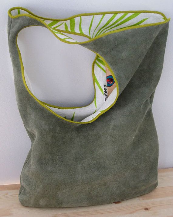 Détails du sac : En cuir couleur : Sage suede Tissu intérieur : impression de palm vert Finition de bord: (couleur : Chartreuse) 2 bobines valeur de point zigzag, créer un look unique corde de filet.  Comprend : 1 poche de cellules nterior (dessinés à la main) avec enceinte de composant logiciel enfichable.  Dimensions:(inches) Largeur = 14 Hauteur = 19 Emmanchure = 30(approx.)  La forme de ce sac crée un bel équilibre sur votre épaule quand vous avez un sac plein de choses que vous ne…