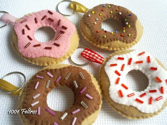 Chaveiro modelo donuts feito em feltro. Pode ser usado também como imã ou enfeite de mesa. Uma graça para ser oferecido com lembrancinha. Pode ser confeccionado em outras cores e modelos de sabor. 7 cm de diâmetro. Valor unitário. R$ 7,00