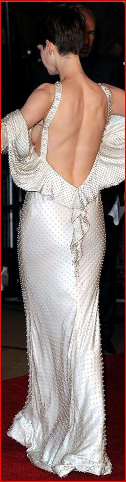 Anne Hathaway. Энн Хэтэуэй сразила публику смелым  нарядомАктриса появилась на премьере фильма «Отверженные» в платье из жемчуга: