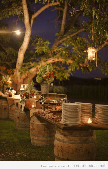 Decoración barra aperitivos boda jardín con barriles vino
