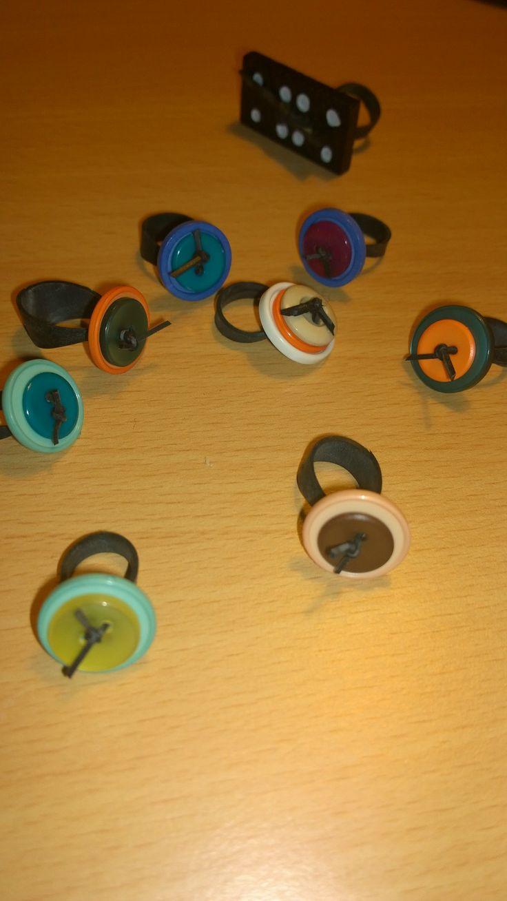 cykelslange ringe med knapper.. (og så lige et eksperiment med en domino ring;)