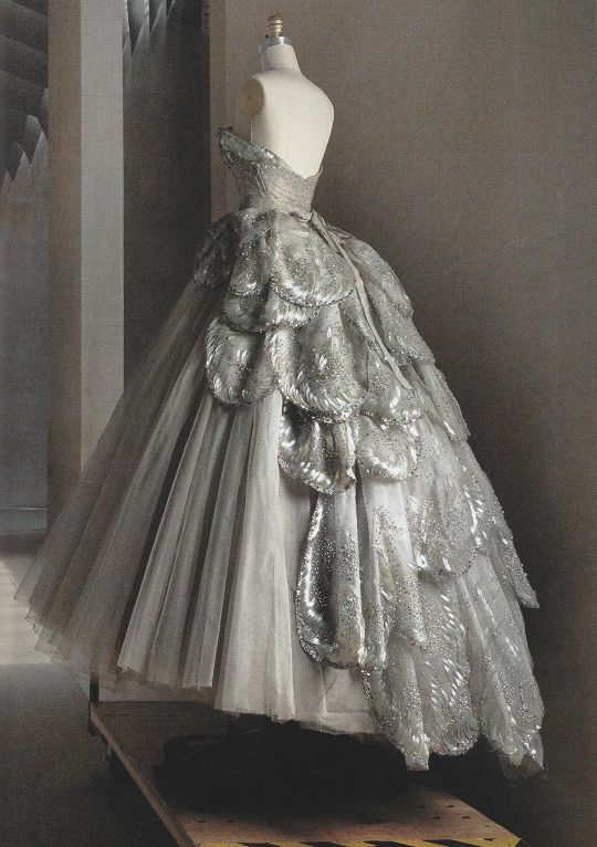 Photo Annie Leibovitz pour Vogue USA Mai 2016 - Robe de Christian Dior Haute Couture . Collect.1949 (soie/taffetas/tulle)