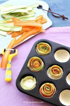 Le crostatine salate con zucchine e carote sono un'idea sana, buona e bella da vedere, adatta per gli aperitivi estivi ed i buffet; una spirale di verdure colorata, gustosa e leggera. Si preparano facilmente, basta tagliare con l'aiuto di una mandolina o un pelapatate tante strisce di zucchina e ca